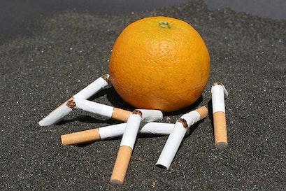 Guida per fumatori alla protezione dei polmoni e alla vitamina C