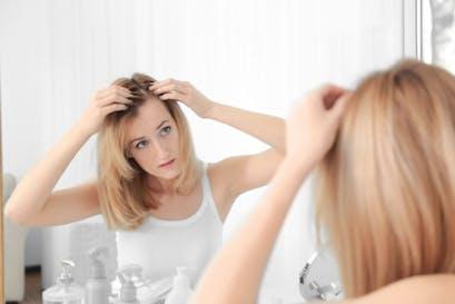Perché la gravidanza e la menopausa provocano la caduta dei capelli?